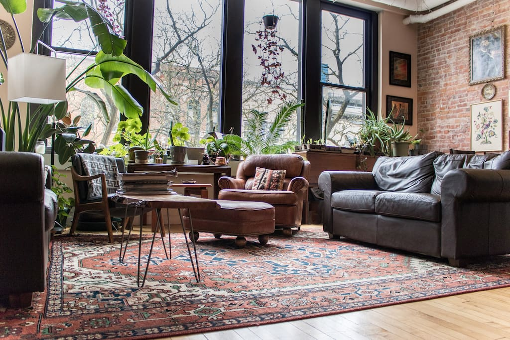 """""""Everything about this place was amazing! Jen and Alex are two of the best hosts I've ever had, the apartment is beautifully decorated, and the location in the heart of downtown Ann Arbor is perfect (and unbelievably quiet). Highly recommended!"""" --Zoe *****"""