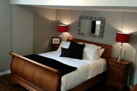 Beautiful, clean and very private with breakfast!! - Kingston - Casa