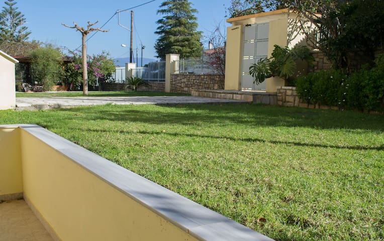 Apartment with garden, 90m from the beach for 3p.
