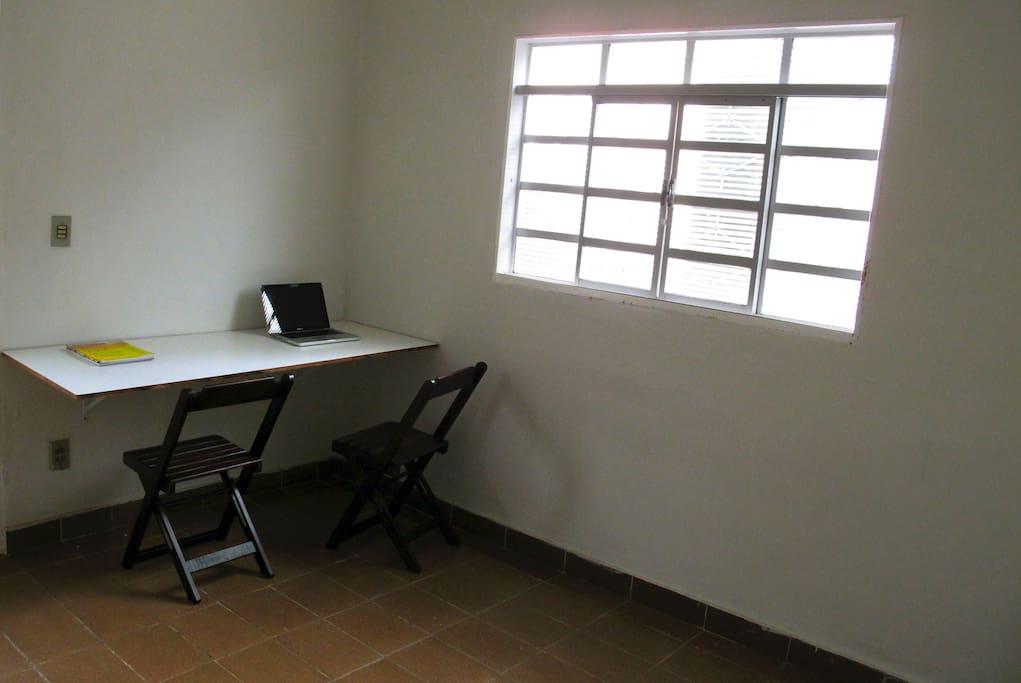 Área de trabalho na sala Workspace in the living room