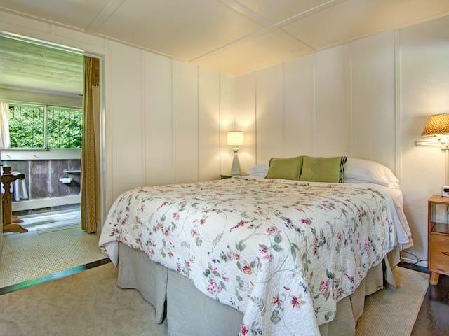 Hale Ohia Cottages, Camellia
