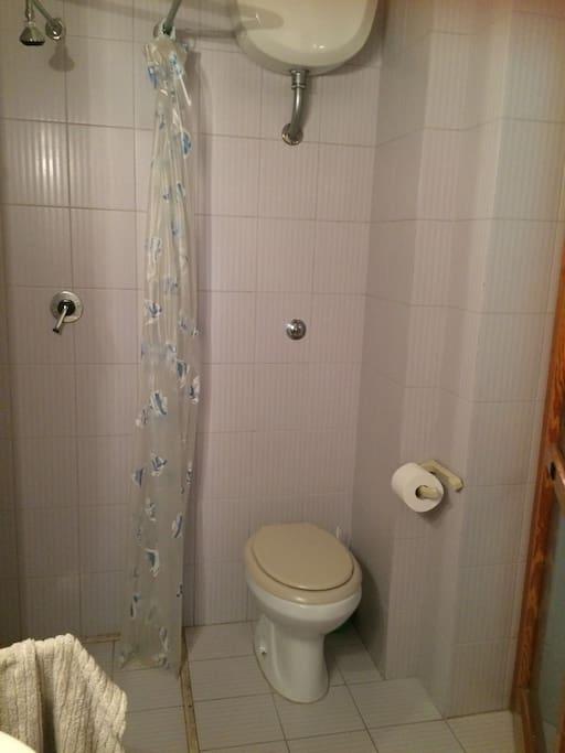 Bagnetto con doccia e servizi