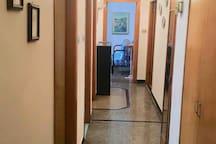 Il corridoio. La foto è stata scattata dalla camera del proprietario, che si trova esattamente dall'altra parte del corridoio dove ci sono le stanze per gli ospiti.