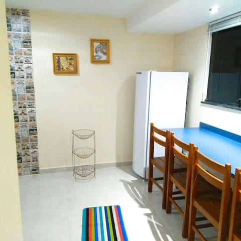 Cozinha, mesa tipo bancada com 4 cadeiras.