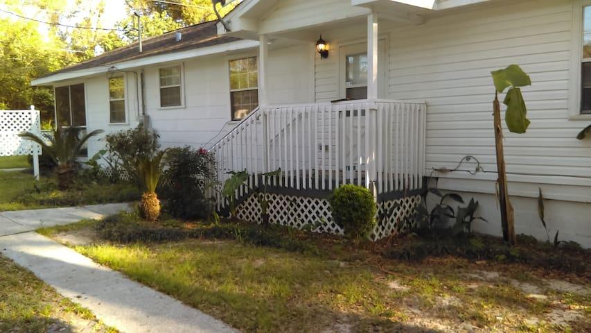 Beautiful Hardwood Beach House/Close to Beaches - Pensacola