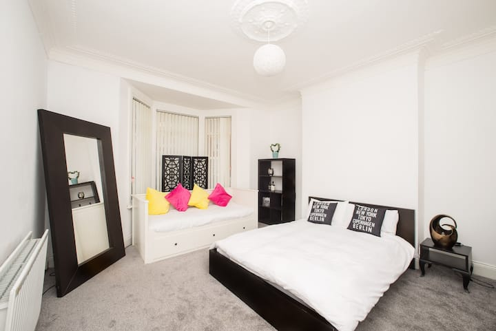 2 Bed Close to City Centre, Free Parking, Sleeps 7