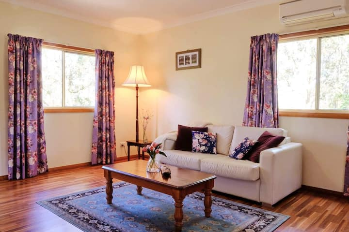 Lucky Mountain Cottage, Hunter Valley. Petfriendly