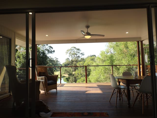 On Burgum Pond - North Maleny - Casa