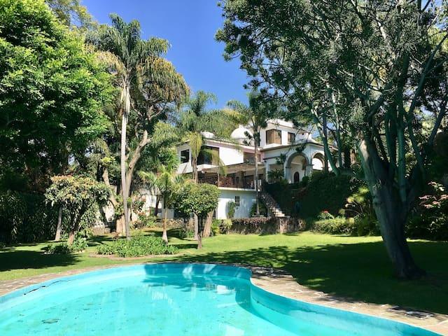 Amplia  casa en Rancho Cortés con bello jardín.