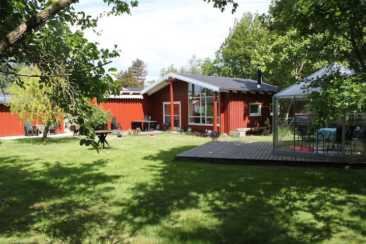 Sommerhus med plads til privatliv og tæt på vandet