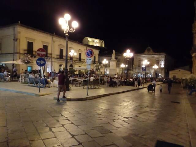 piazzetta  Busacca  con bar ,ristoranti, pizzerie , gelaterie. a soli 20 merti