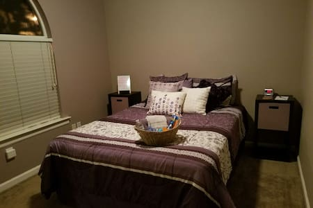 Cozy room in quiet suburb. - Roseville