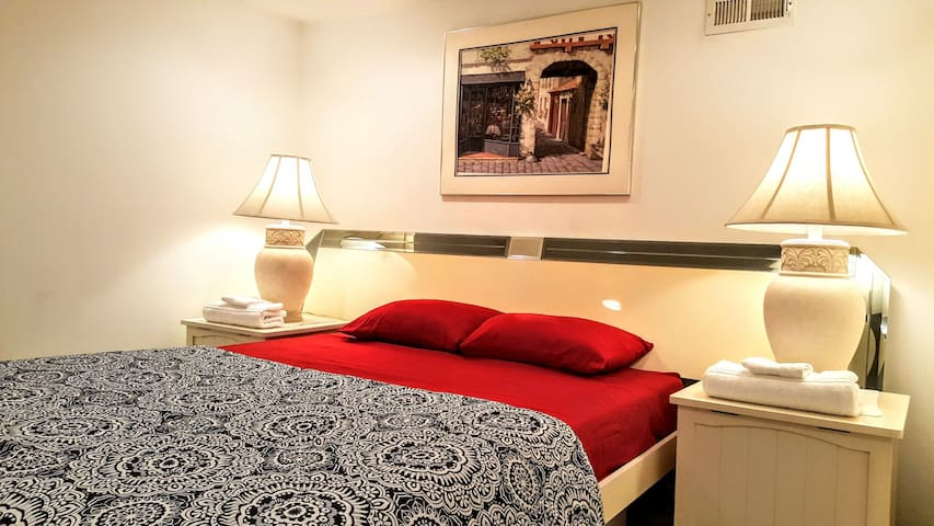 PRIVATE COZY FLOOR 5MIN TO DOWNTOWN + FREE PARKING