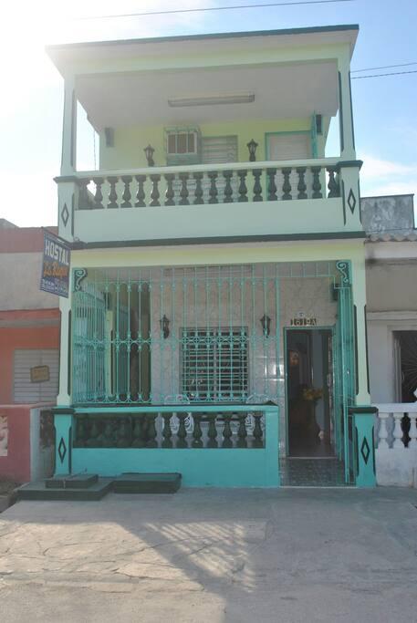 Frente del Hostal. entrada enrejada al igual que ventanas y puertas exteriores de la segunda planta