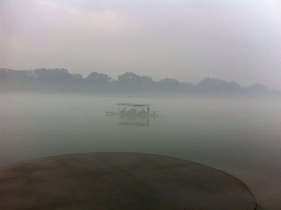 本旅馆距离著名的漓江(包括象山景区)仅仅10分钟的步行距离。此图片为旅馆主人散步漓江边所拍摄,不是雾霾噢,是《漓江晨雾》,江边的空气可以大囗吃。