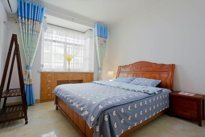 次卧带大飘窗,1张大床1.8米x2米床