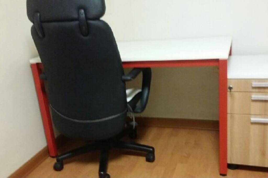 책상과 의자가 비치되어 있습니다