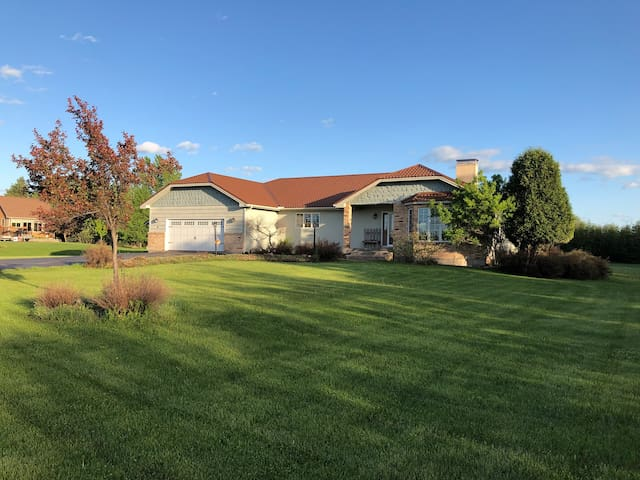 Golf Course Home- 15 min to Duluth! 4,500 sq ft!