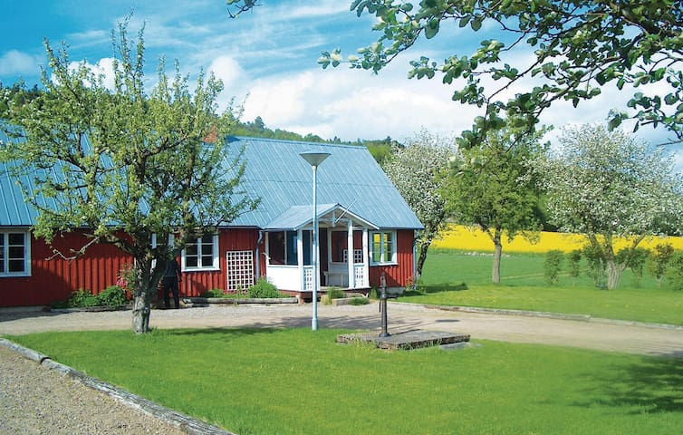 Former farm house with 3 bedrooms on 90m² in Steninge