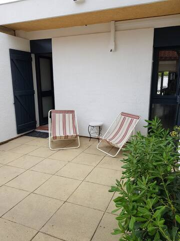 Maisonnette cour et jardin 50m de la plage