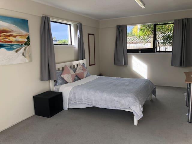 Private Comfy Huge Bedroom, Bathroom & Access