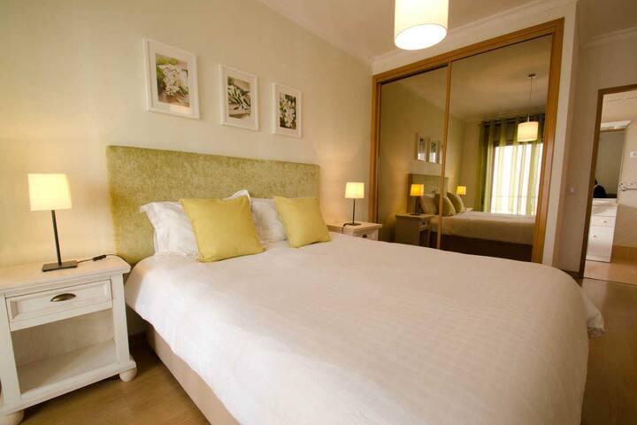 Modern 2 bed apt WiFi & Veranda near the beach
