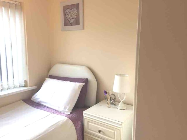 HILLTOP PLACE: Room 3  near Meadowhall  and M1