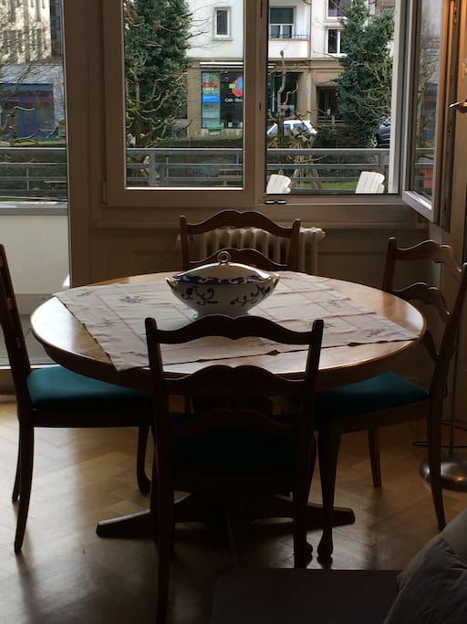 Table à déjeuner tranquile