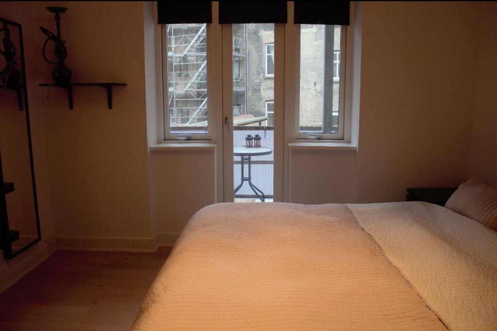 Soveværelse med udgang til altan