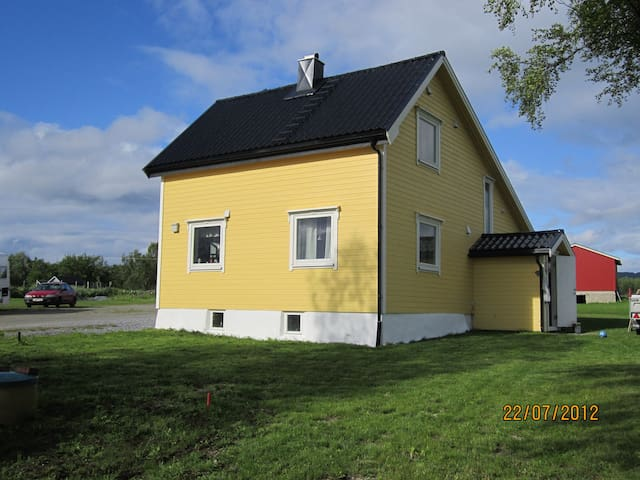YellowHouse, Northen Light-Midnight Sun, EVE Airpo - Evenskjer - Huis