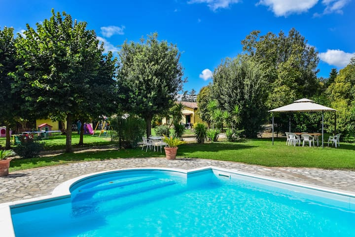 House with large garden, pool, bikes near Rome