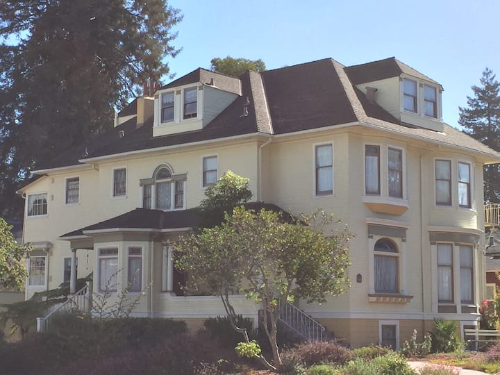 Charming, comfortable Bay Area Alameda Victorian
