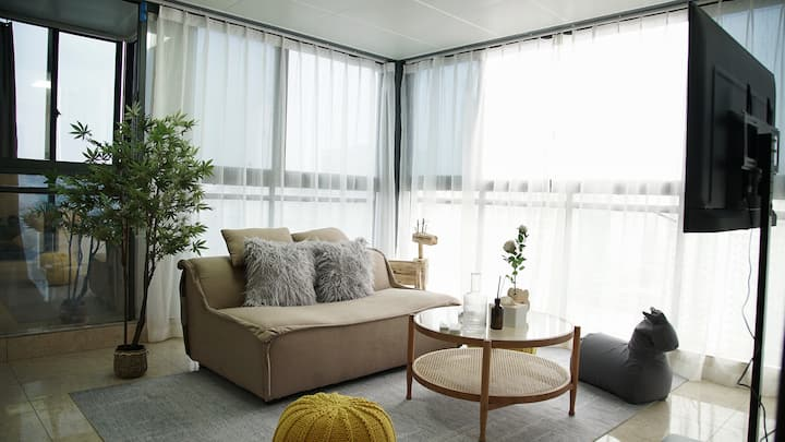 OrangeApt.「The Roof」180度玻璃窗客厅|看东街口夜景泡澡