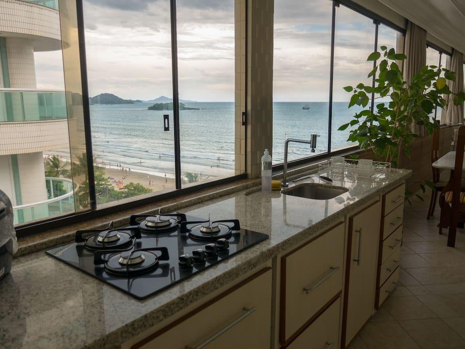Vista da bancada da cozinha com fogão 04 bocas
