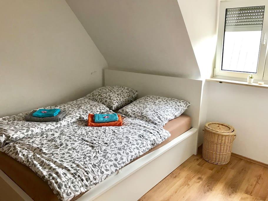 Schlafzimmer mit 160x200 Doppelbett und einem Schrank (nicht auf dem Bild)