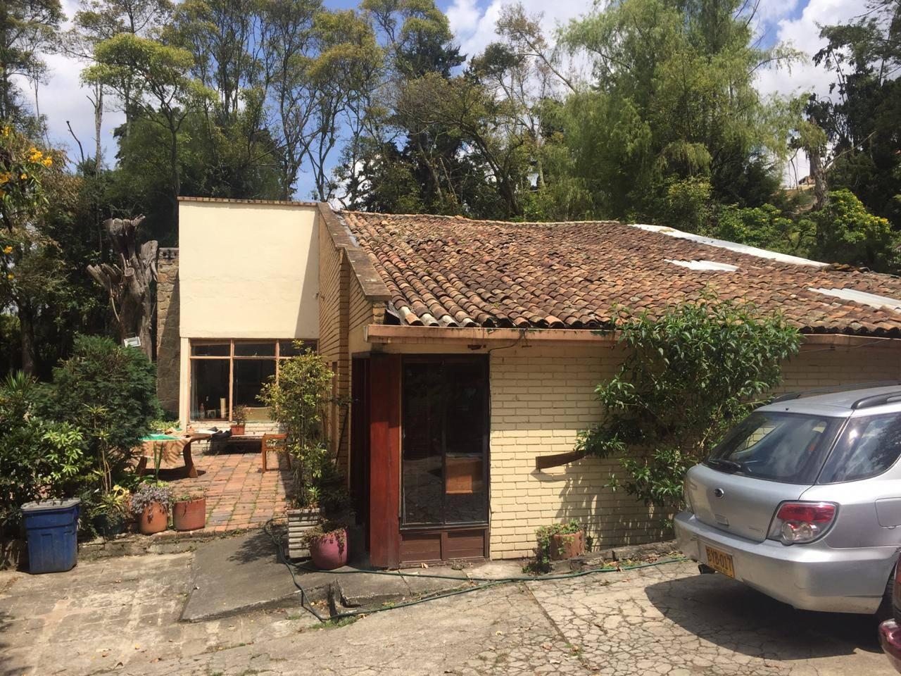 Fachada casa campestre rodeada de arboles y naturaleza