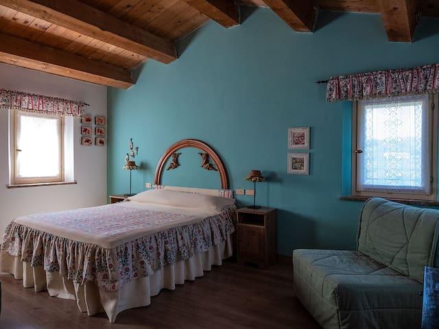 La camera verde è ampia e luminosa. E' provvista di bagno privato, TV, condizionatore e zanzariere.
