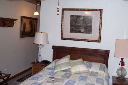 Penobscot Room at the Old Winterport Comm. House - Winterport - Bed & Breakfast