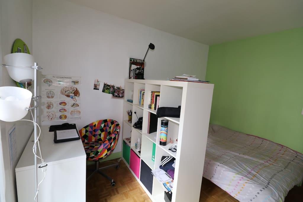 Chambre avec lit 2 places + coin bureau