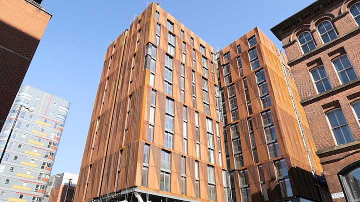 Charming Apartment in Downtown Manchester | Enjoy free Wi-Fi + Smart TV