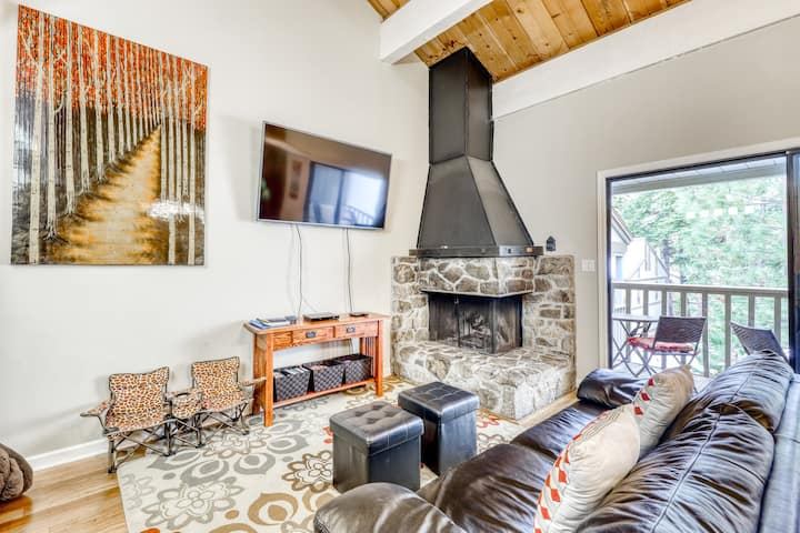 Snug condo w/ shared pool, wood-burning fireplace - close to golf course!