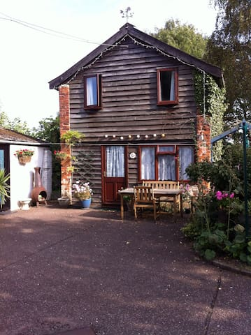 Garden Cottage in the pretty village of Icklingham - Icklingham.   Bury St Edmunds - House