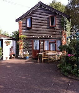 Garden Cottage in the pretty village of Icklingham - Icklingham.   Bury St Edmunds