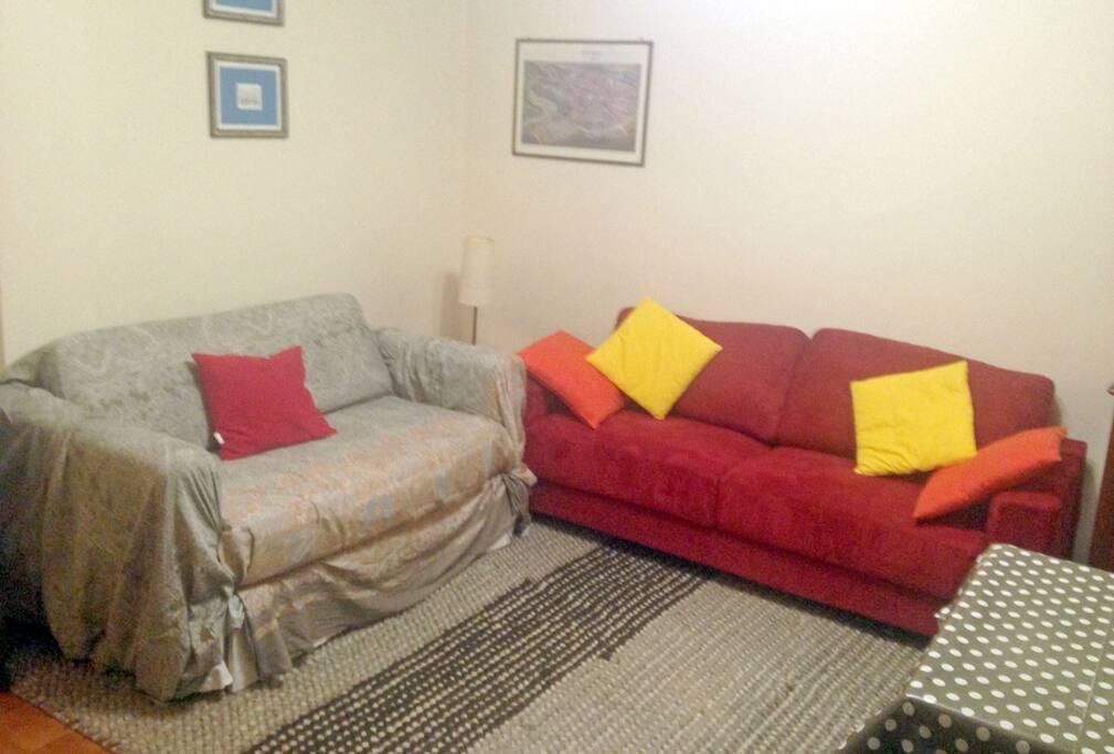 Soggiorno con divano tre posti e divano letto da una piazza e mezza (comodo per due persone)