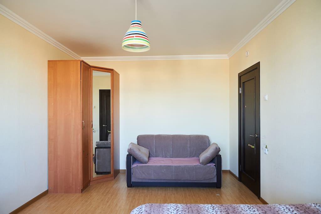 Комната: шкаф, диван.