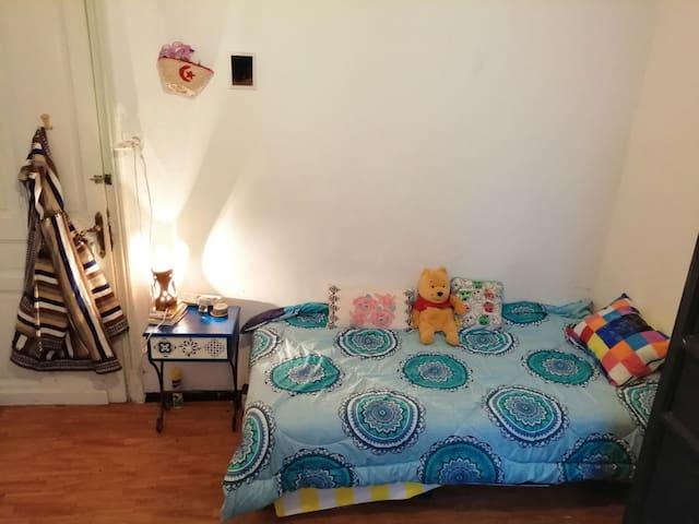 Une chambre meublée dans un appartement