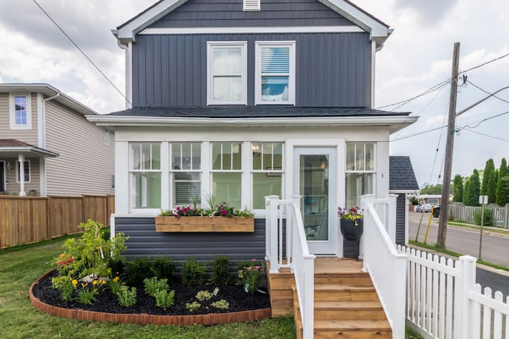 Welcome to our 3 bed 3 bath newly renovated light filled home!   Minutes to shopping;  Walk to restaurants and grocery store; 15 minutes to Niagara on the Lake & Wineries; 15 minutes to Niagara Falls!