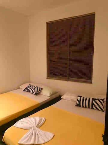 Habitacion con dos camas dobles y aire acondicionado