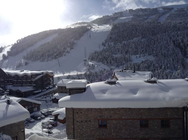 Large 3 bed flat very close to the chair lifts - Soldeu