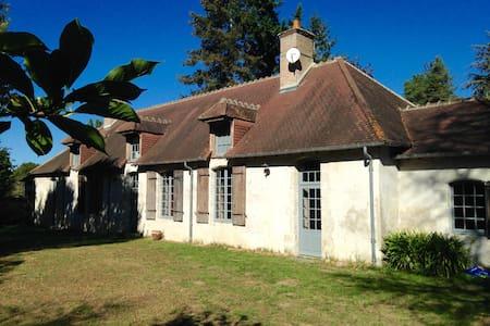 Chambres de charme dans ancien presbytère 18e - Neuvy - Dům
